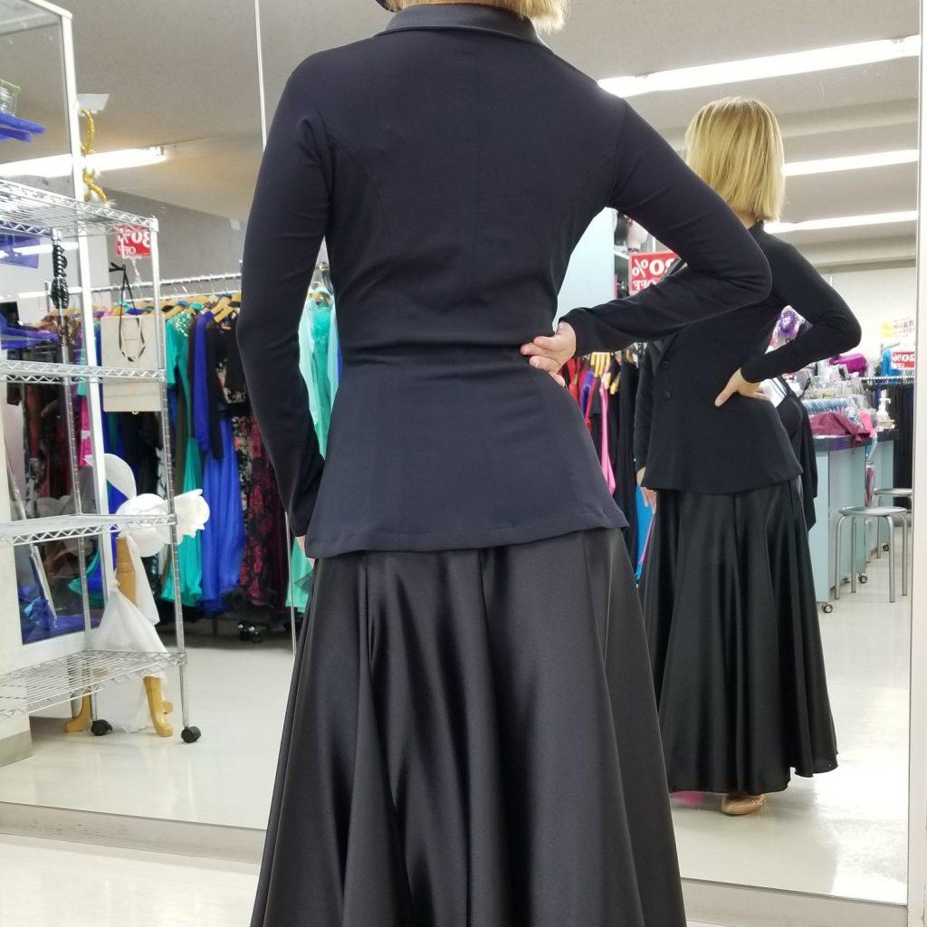 サテンスカート サテンスカートコーデ パソスカート ロングサテンスカート けまわしの大きなスカート 裾巾の大きなスカート 黒のサテンスカート 赤のサテンスカート