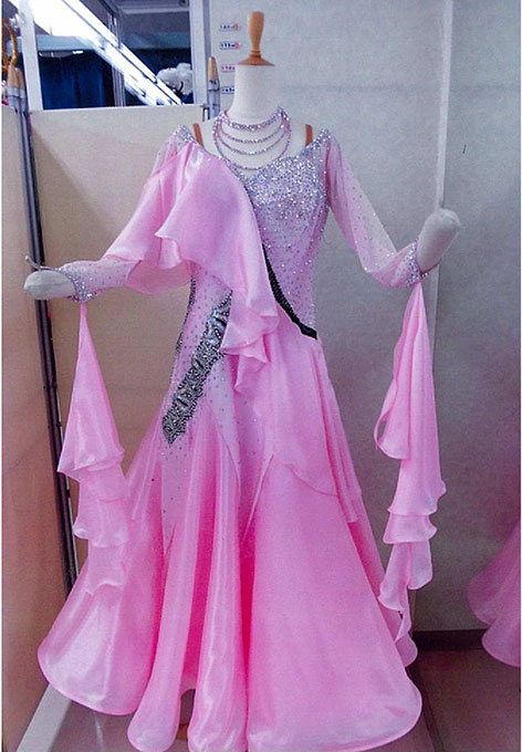 社交ダンス レンタルドレス モダン スタンダード ベビーピンク 【レンタル料金】 ¥50,000〔サイズ〕ウエスト:80~85cm 身長:153~160cm程度 パールシフォンを使用した柔らかいイメージのドレスです。