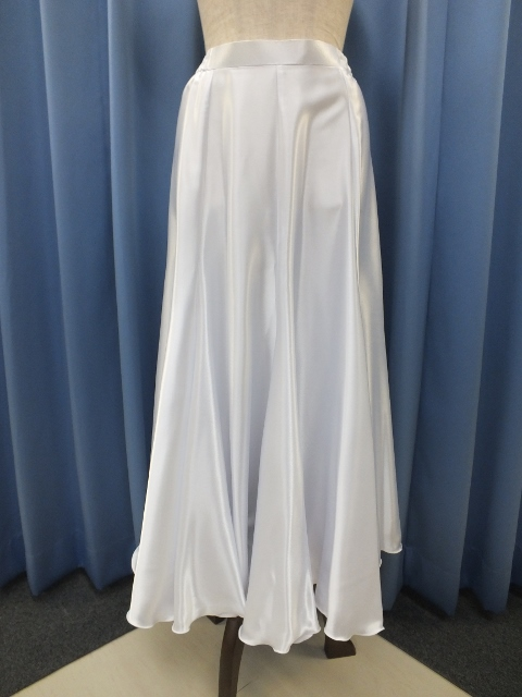 白のサテンスカート