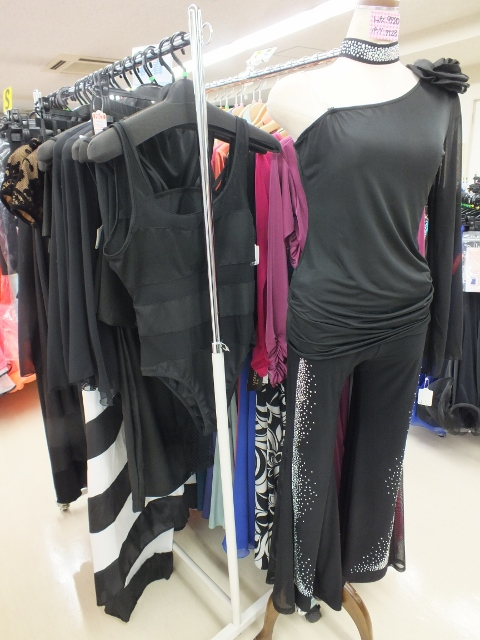 ドレスの付属品やウェア ハギレまで豊富な在庫