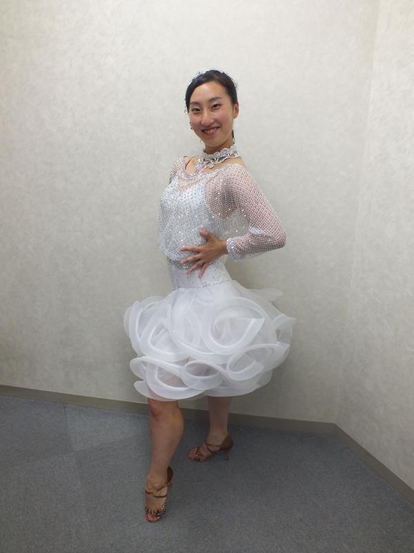 かわいいホースヘア 白のドレス スカートに動き チャチャチャ サンバ