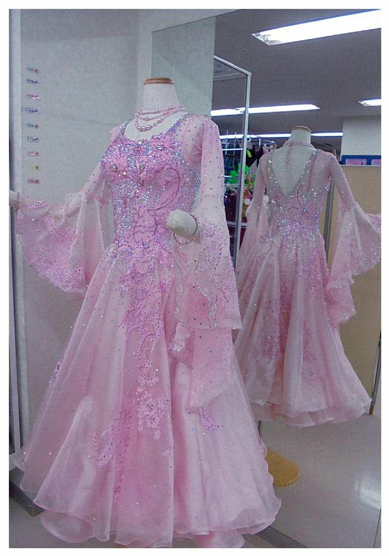 全体的にレースモチーフを散りばめたワルツ用淡いピンクのドレス